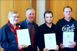 Amtlich anerkannt: die Leistung der FürtWiki-Gründer Mark Muzenhardt (rechts) und Felix Geismann (2. v. r.) (Foto: Kamran Salimi)