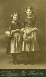 Bitte recht freundlich: Wer diese beiden Mädchen wohl waren?